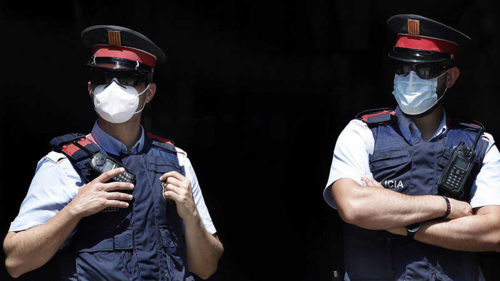 Dos mossos con mascarilla en una imagen de archivo