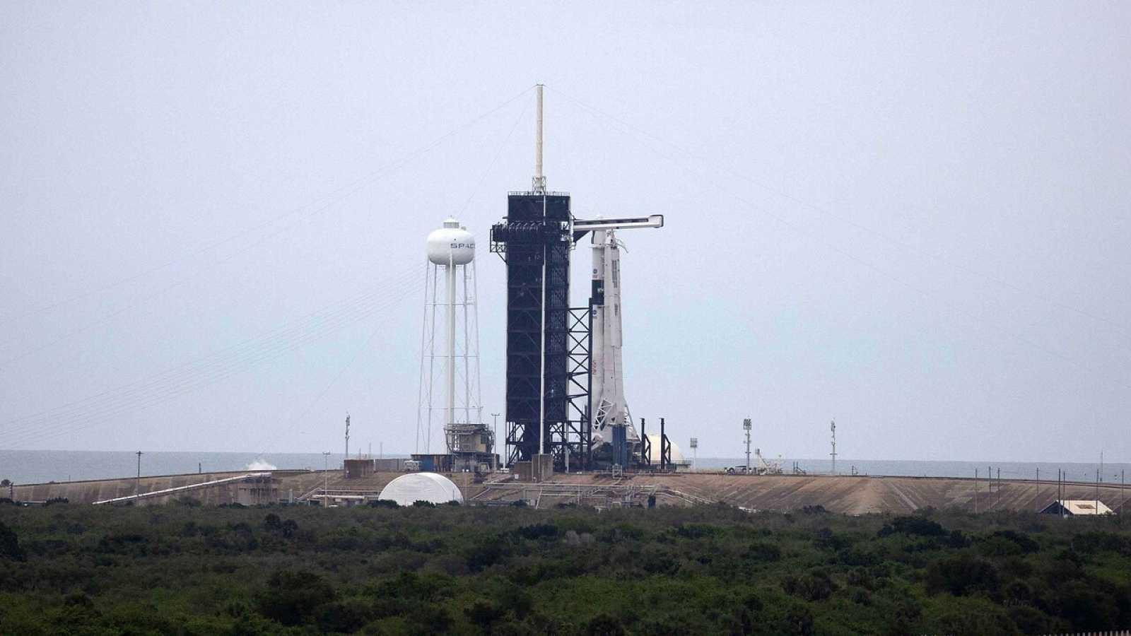 El cohete SpaceX con la nave espacial tripulada en la plataforma de lanzamiento