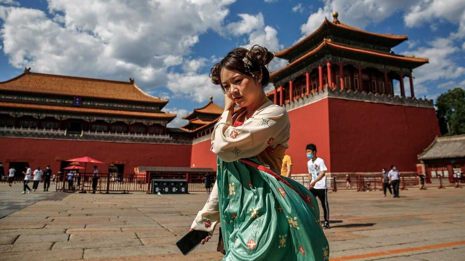 Una mujer con un traje tradicional en la Ciudad Prohibida