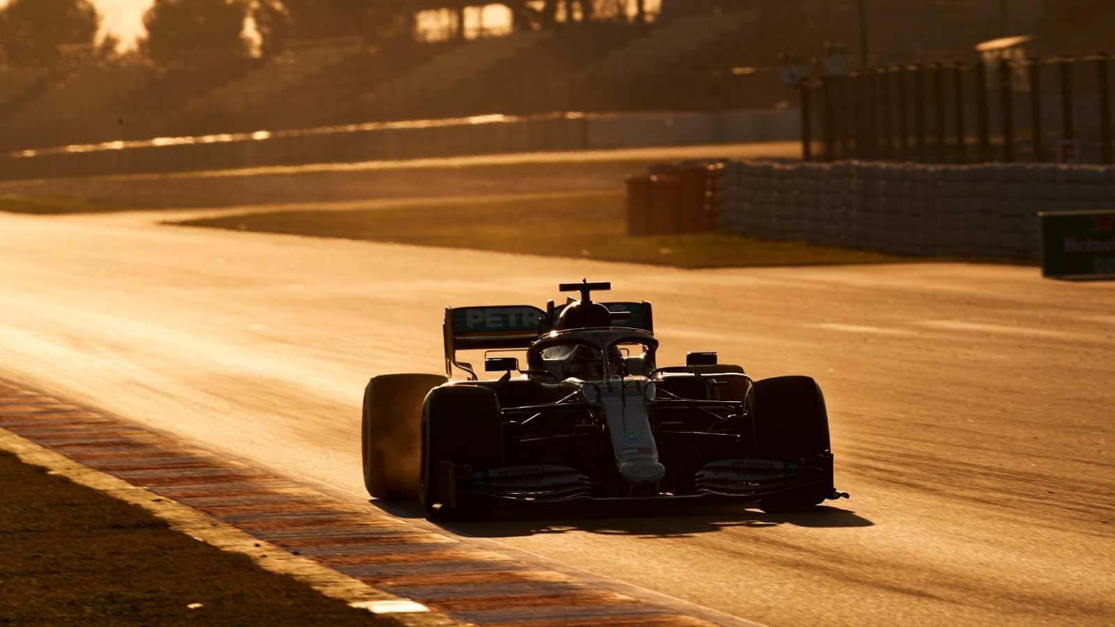 El piloto británico de Mercedes Lewis Hamilton, durante la primera jornada de entrenamientos oficiales de pretemporada de Fórmula Uno