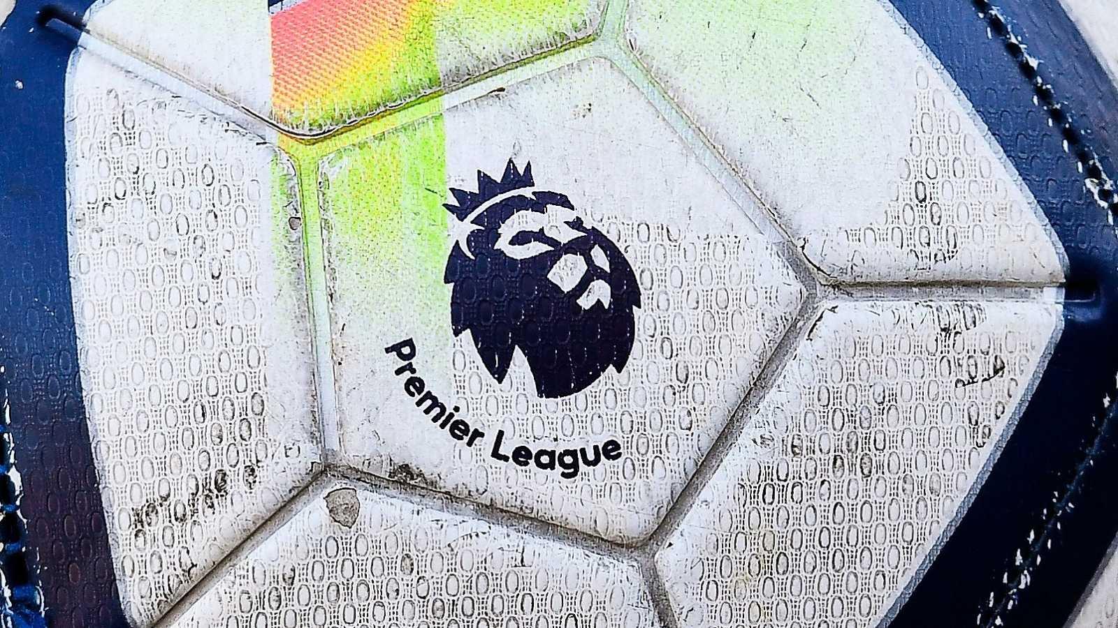 El logo de la Premier League en un balón de la competición