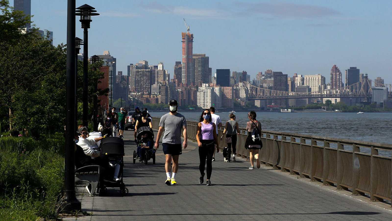 Personas caminando a lo largo del East River en el Día de los Caídos en Nueva York, Nueva York, EE. UU.