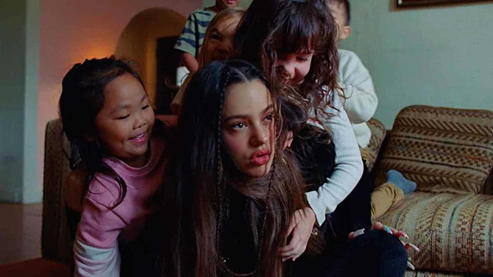 Fotograma del videoclip 'TKN' de Rosalía y Travis Scott