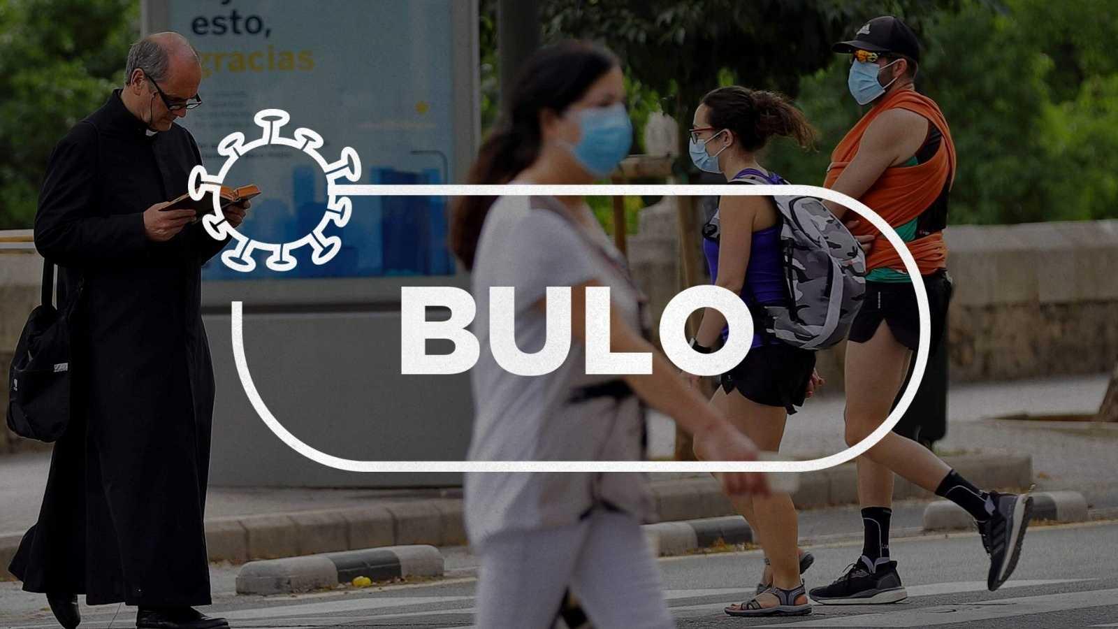"""Un sacerdote y otras personas caminan por la calle en una imagen con el sello de Verifica RTVE en el que se lee la palabra """"bulo""""."""