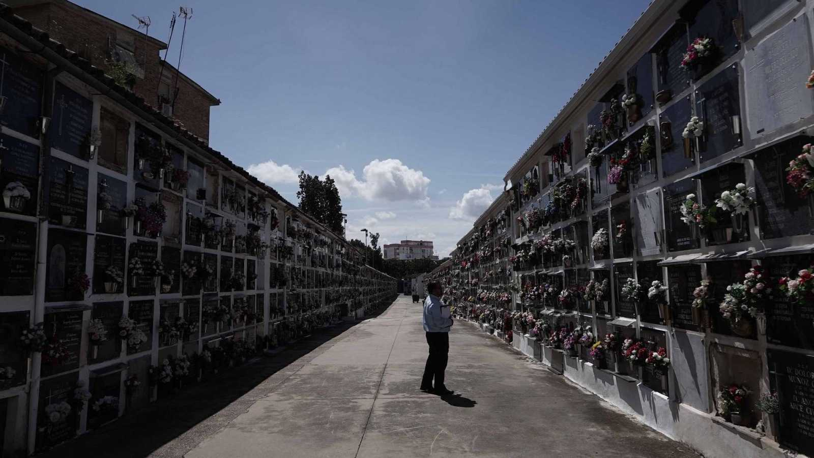 El cementerio de San Rafael, en Córdoba, recibe sus primeros visitantes tras el confinamiento por el coronavirus
