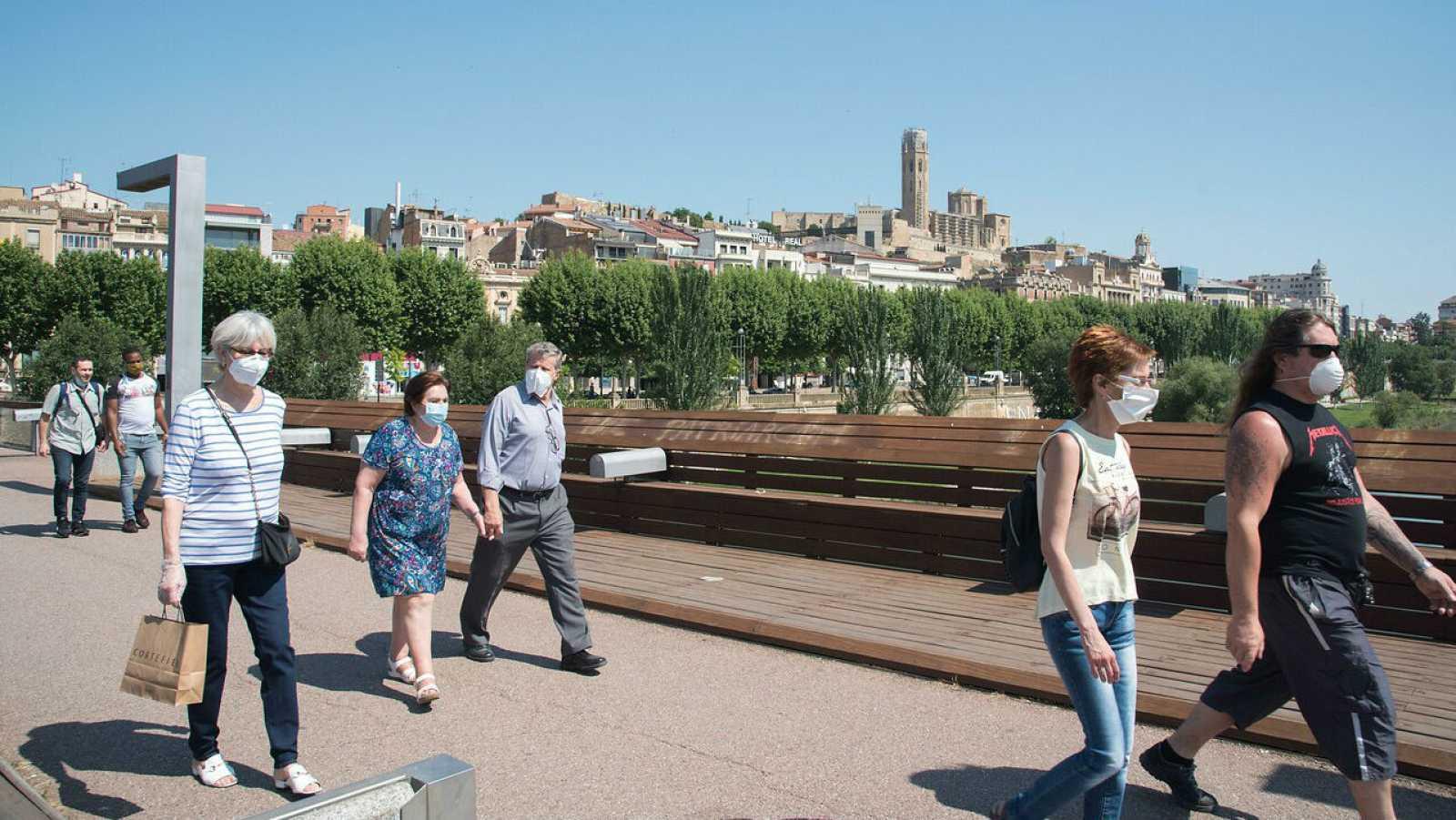 Un grupo de personas pasea por Lleida, España.