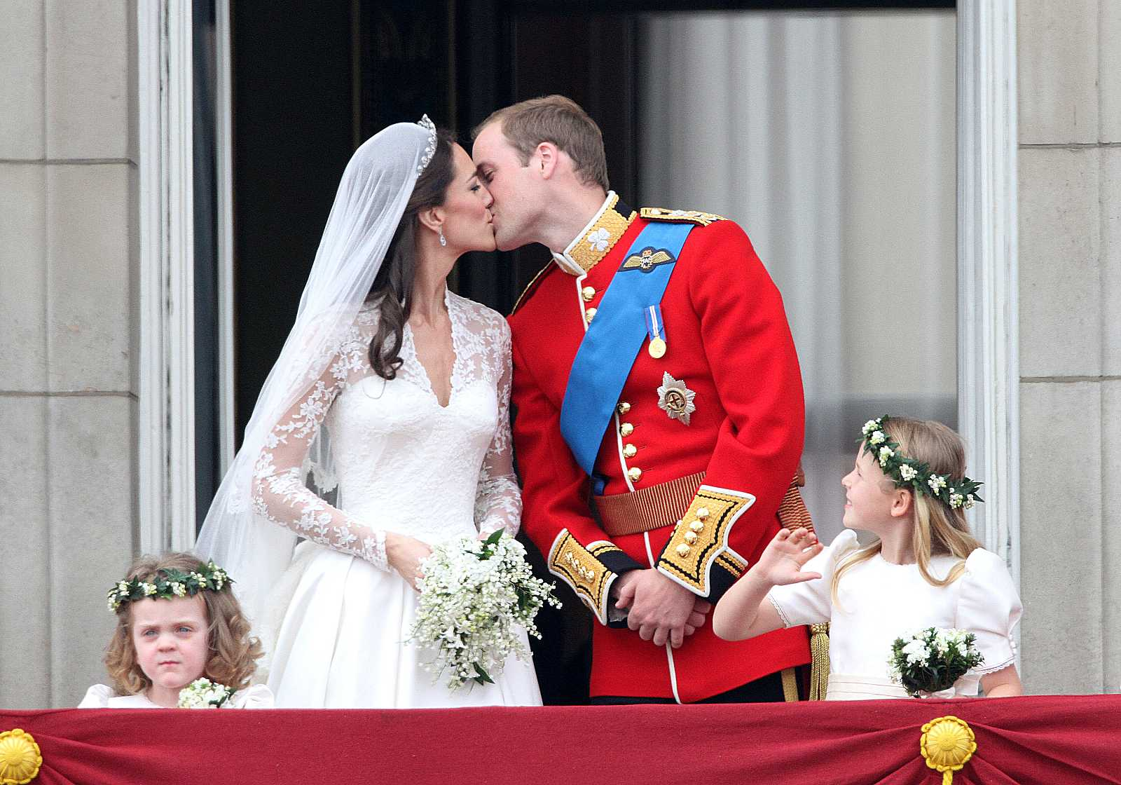 El príncipe Guillermo besa a Kate Middleton, duquesa de Cambridge, en el balcón del Palacio de Buckingham