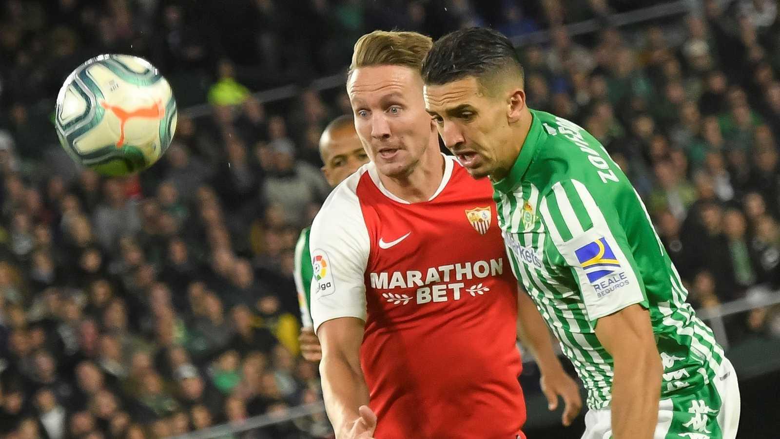 De Jong (i) y Feddal luchan por el balón en el último derbi