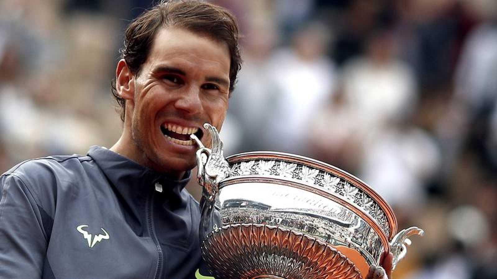 Rafa Nadal desea repetir esta imagen de 2019 mordiendo el trofeo de Roland Garros