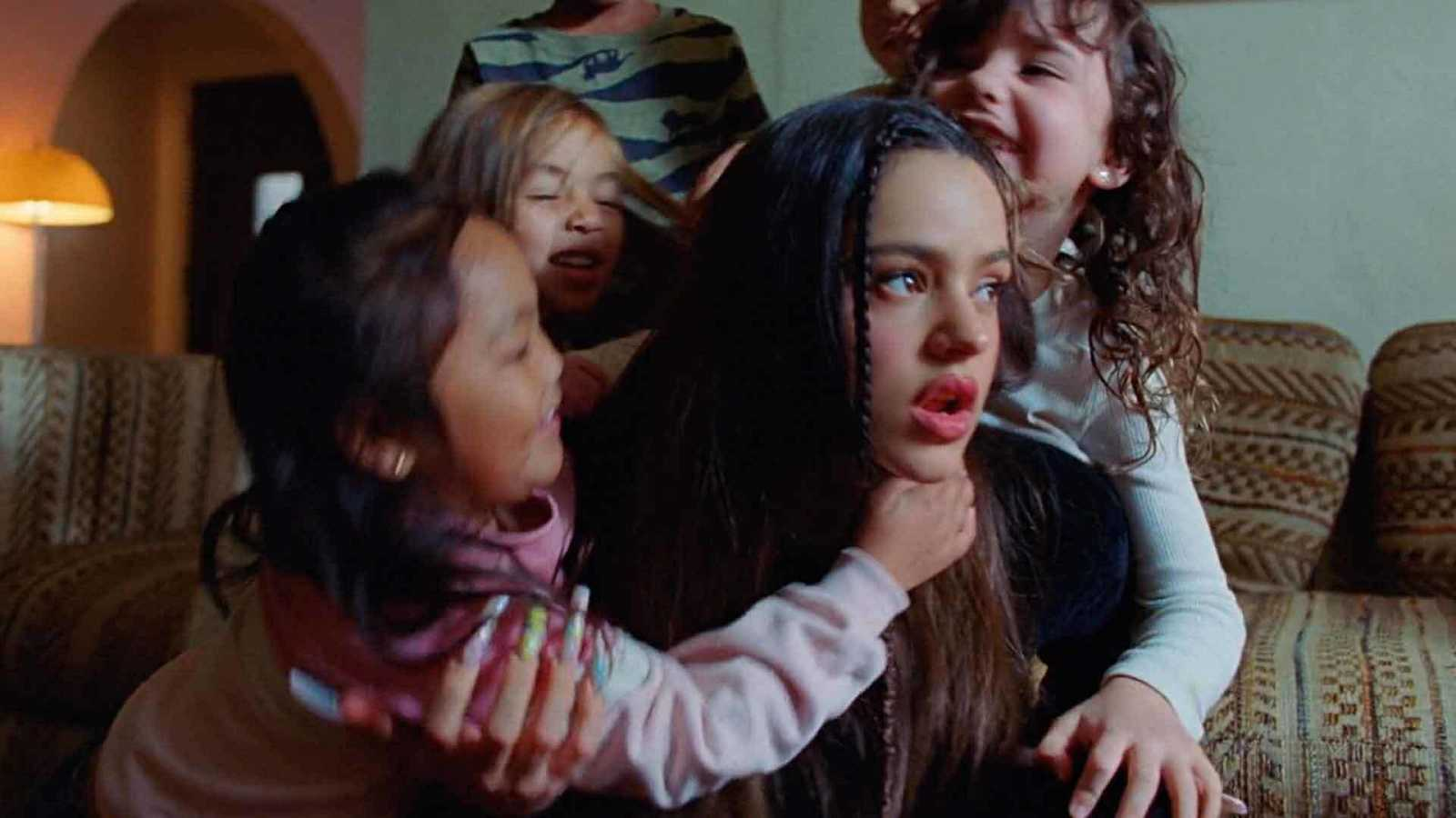 """Rosalía en el videoclip de """"TKN"""""""