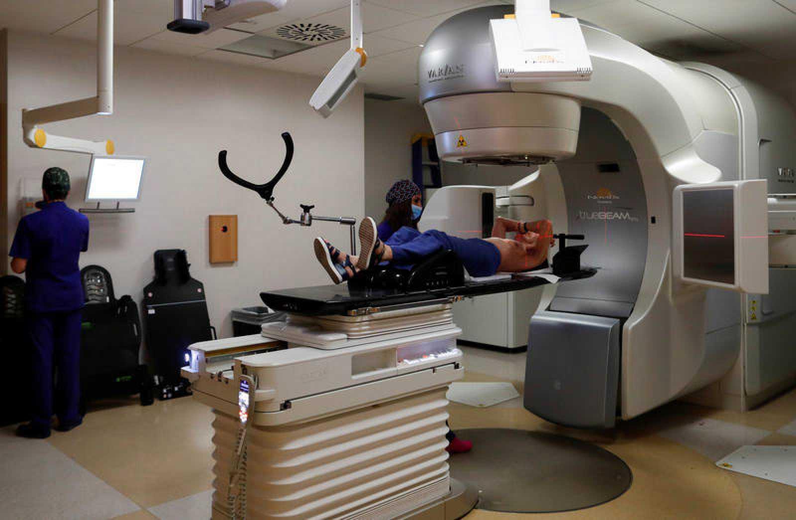 Un paciente es tratado en una sala de radioterapia.