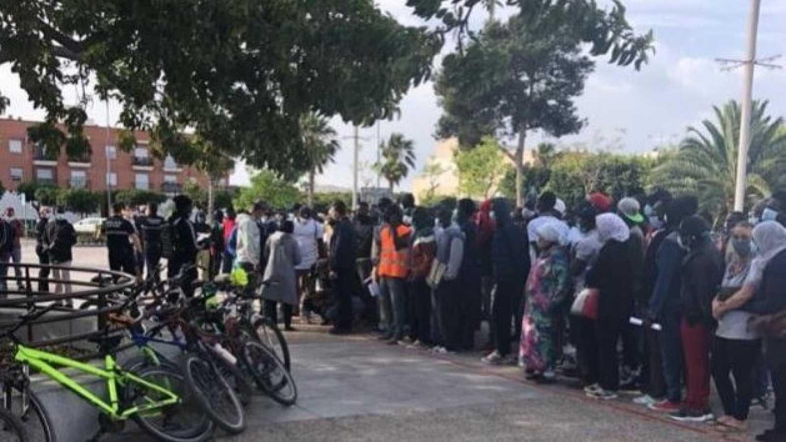 Colas de migrantes frente a la oficina municipal de Níjar sin distancia de seguridad.