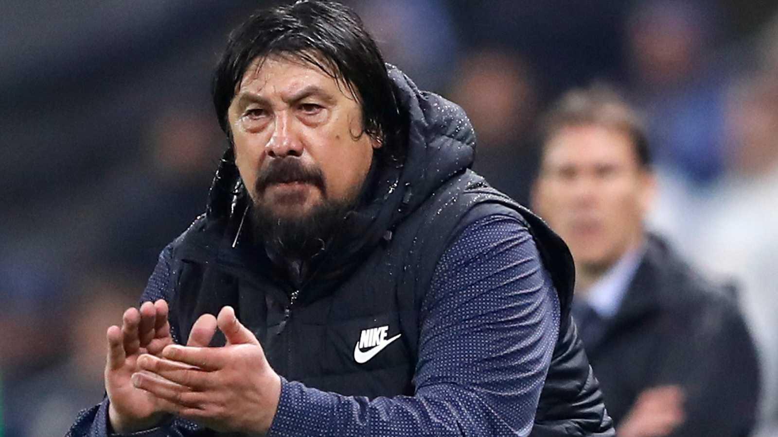 El asistente técnico de Atlético, German Burgos anima durante un partido