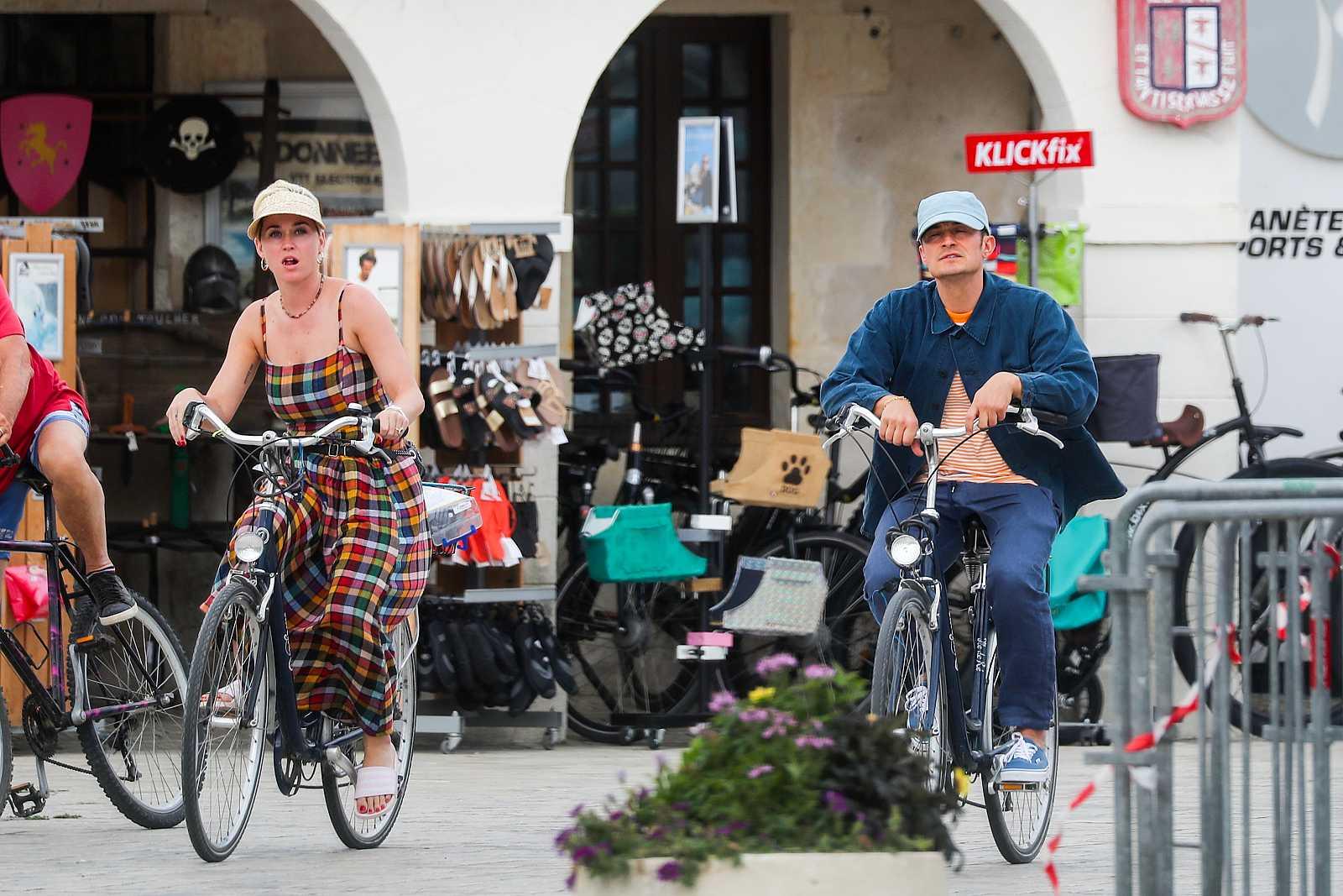 El actor Orlando Bloom junto a la cantante Katy Perry, en bicicleta