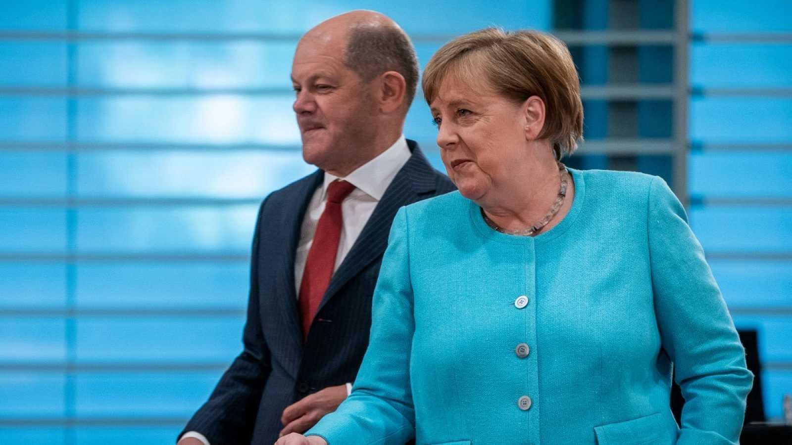 La canciller alemana, Angela Merkel, y el Ministro de Finanzas y Vicecanciller, Olaf Scholz, llegan a la reunión semanal del gabinete el 3 de junio de 2020