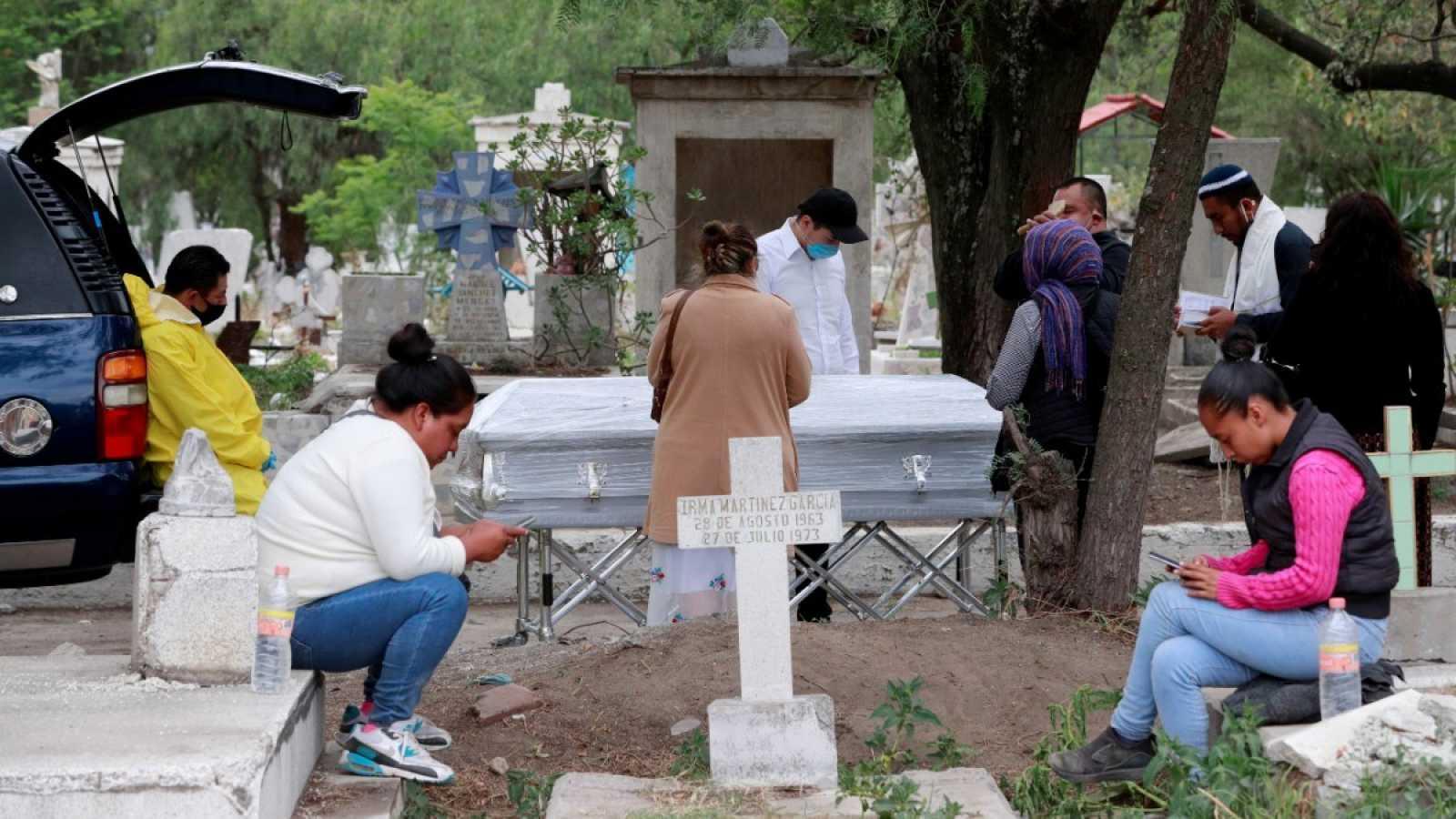 Una familia se despide de un pariente que murió con COVID-19, en el cementerio de San Lorenzo Tezonco en la Ciudad de México