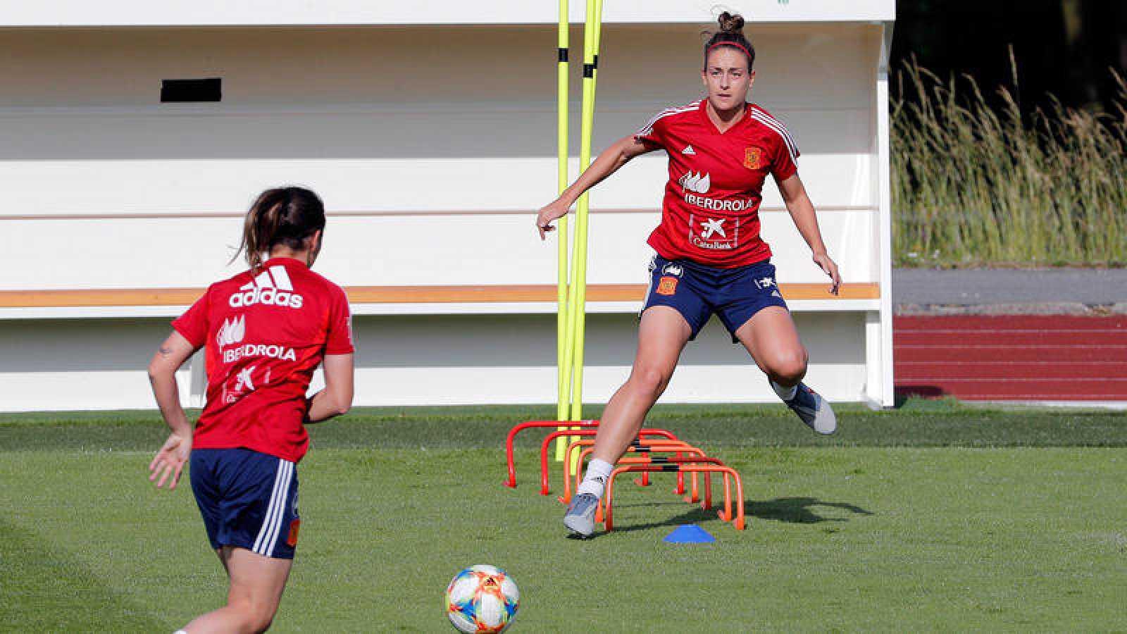 Alexia Putellas (d) y Mariona Caldentey (i) durante un entrenamiento de la selección.
