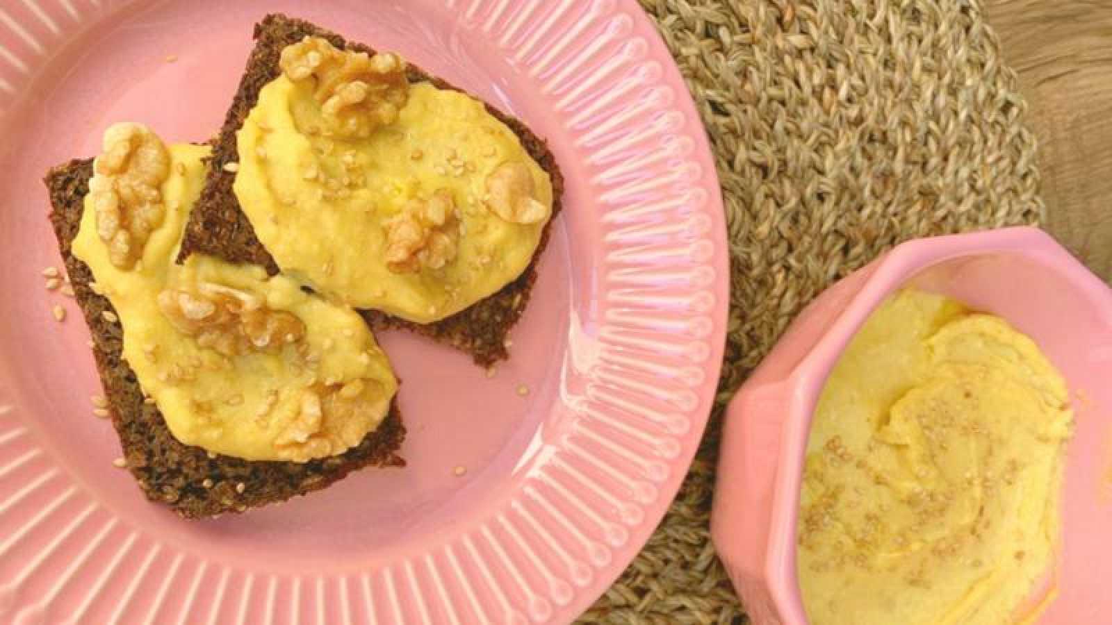 Tostada de pan centeno con paté de garbanzos
