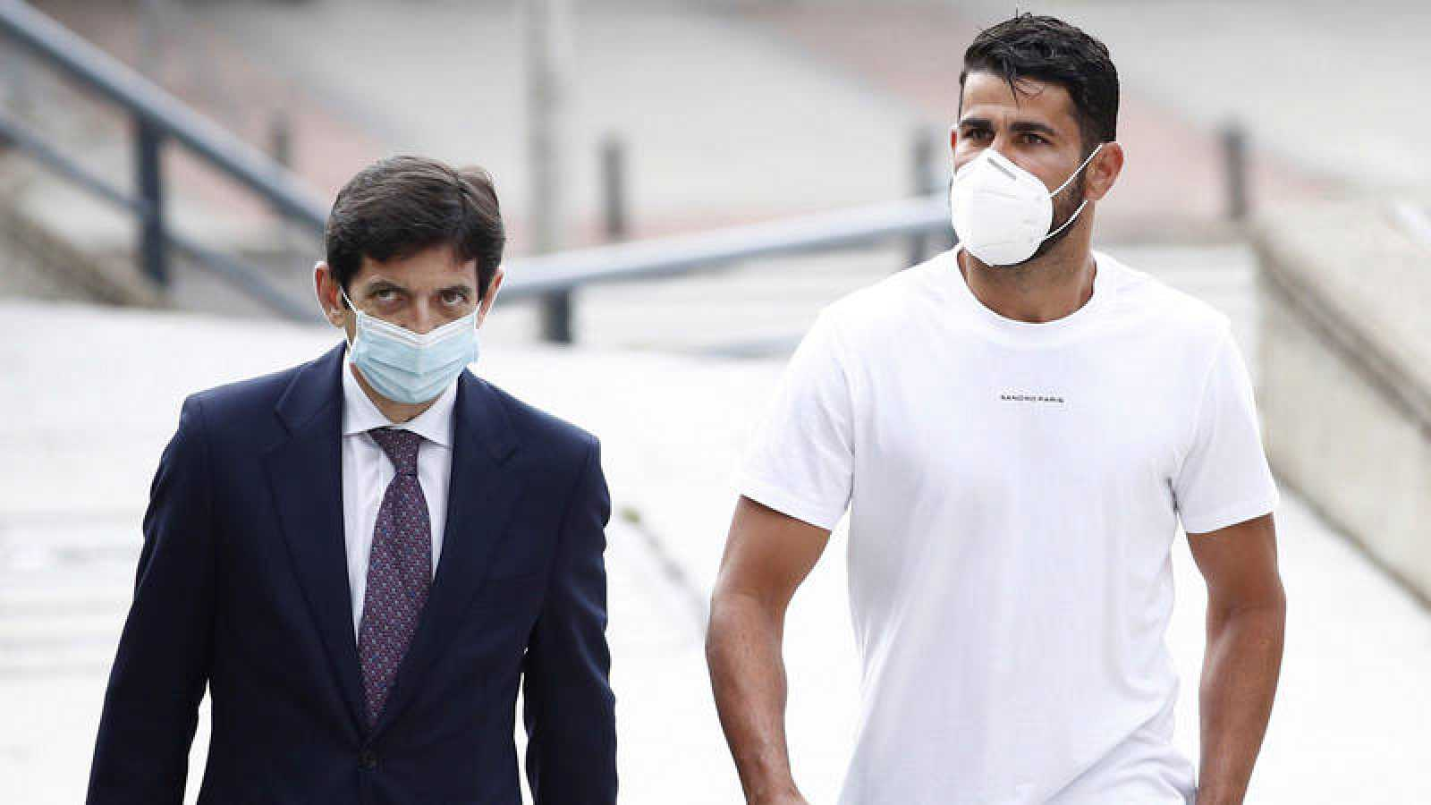 Diego Costa (d) a su llegada a la Audiencia de Madrid, junto a su abogado.