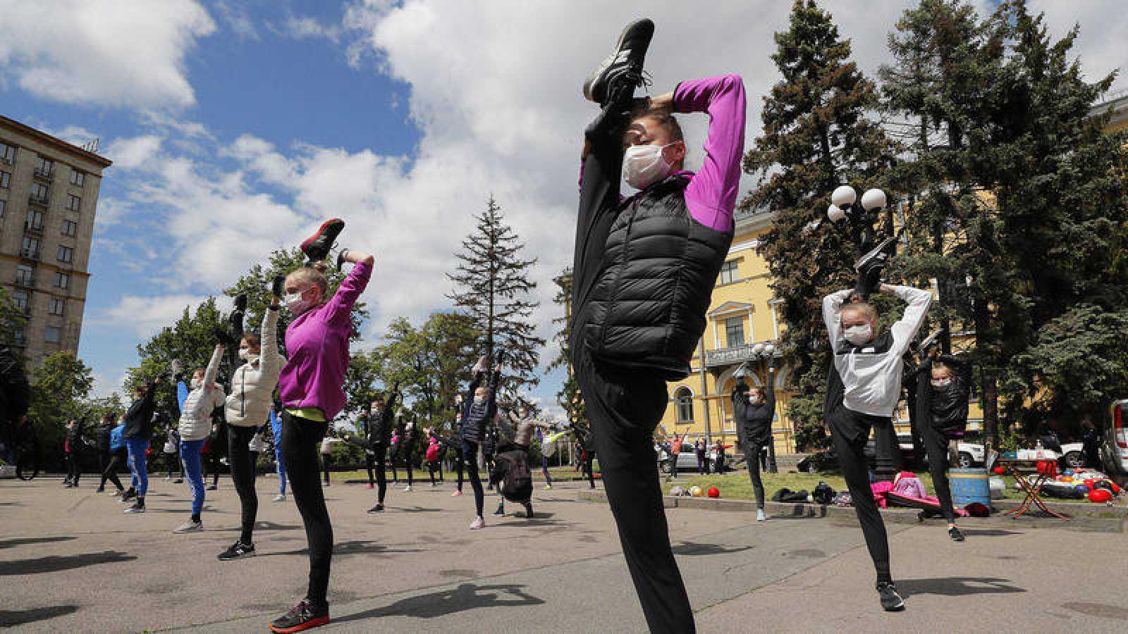 Gimnastas de la Escuela Deriugina entrenan al aire libre en Kiev, sede de los Europeos.