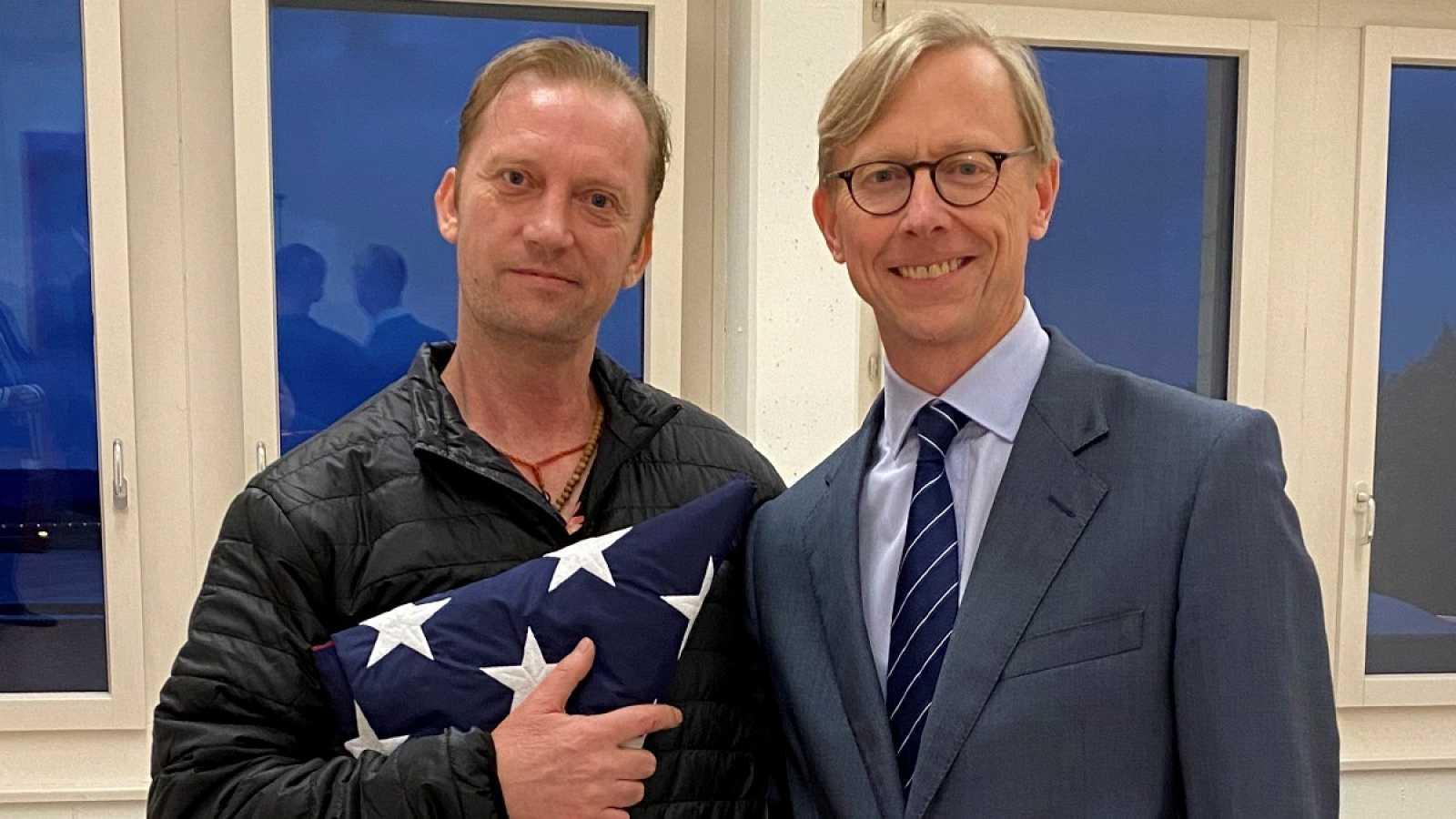 Brian Hook, el encargado de Irán del Departamento de Estado de EE.UU., y el exmilitar estadounidense Michael White, que llevaba dos años detenido en la República Islámica y fue liberado este jueves.