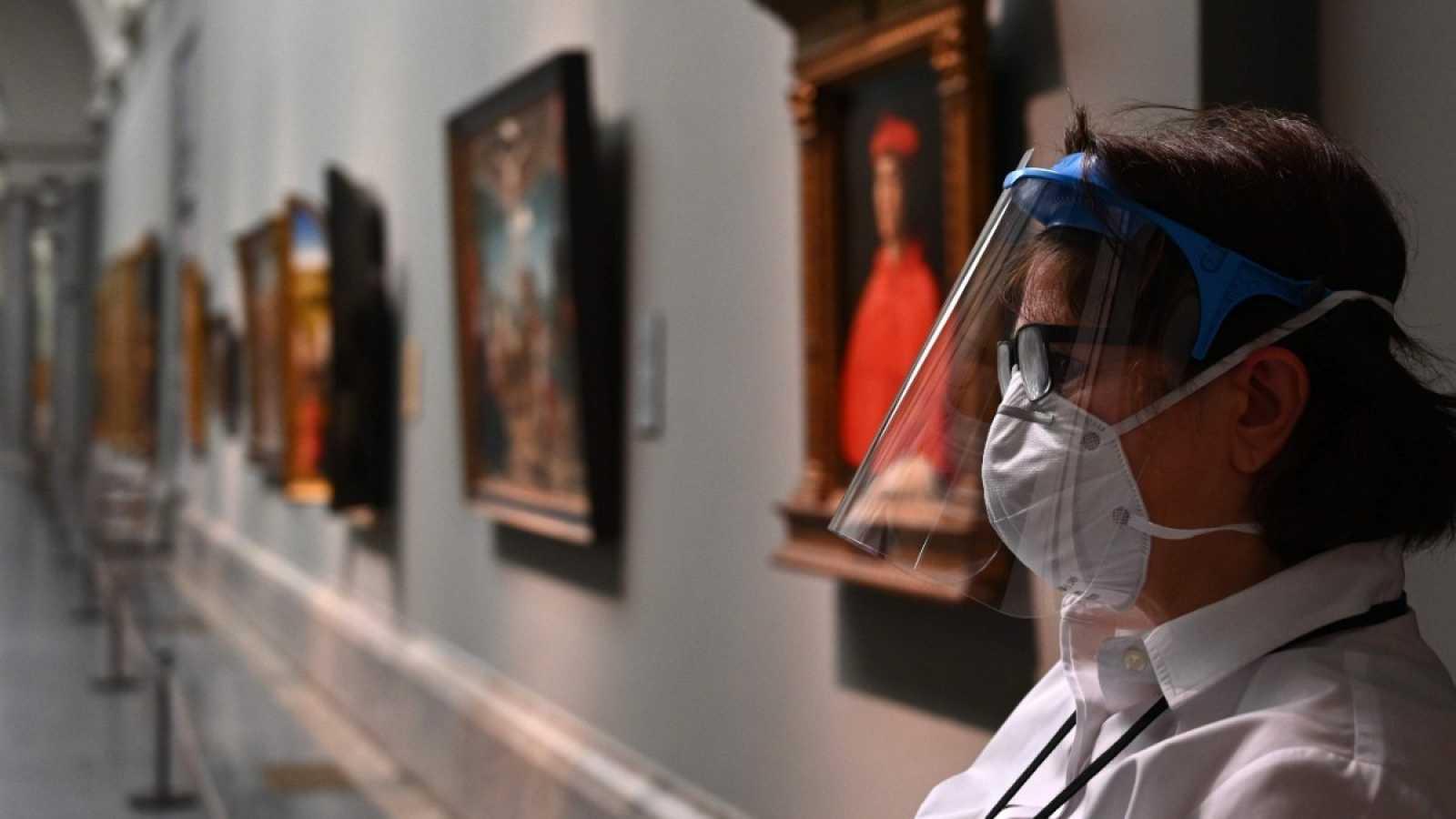 Una trabajadora con protección ante el coronavirus en el Museo del Prado en Madrid