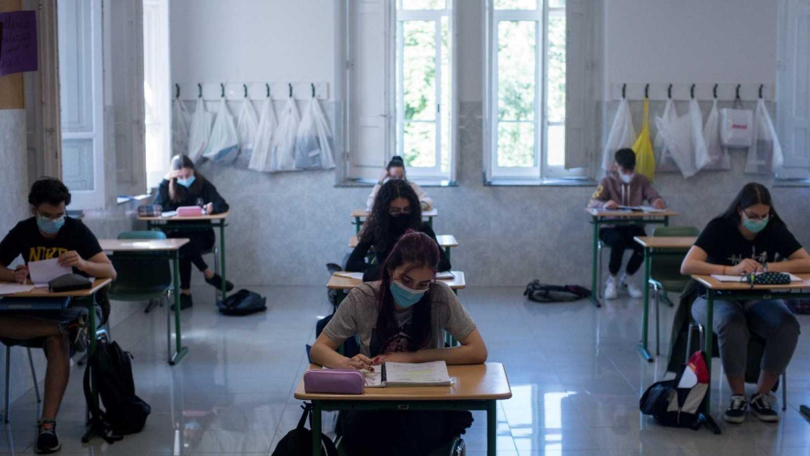 Alumnos de segundo de bachillerato asisten a clase en las aulas de un colegio en Ourense, cuando se inicia la desescalada en materia educativa tras la pandemia de coronavirus.