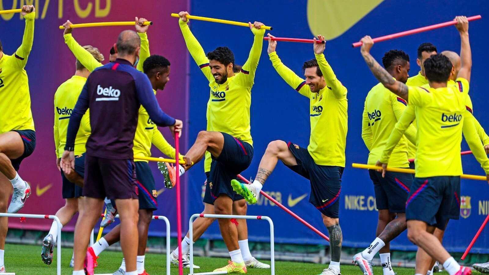 Leo Messi (d) y Luiz Suárez (i) durante el entrenamiento de este lunes