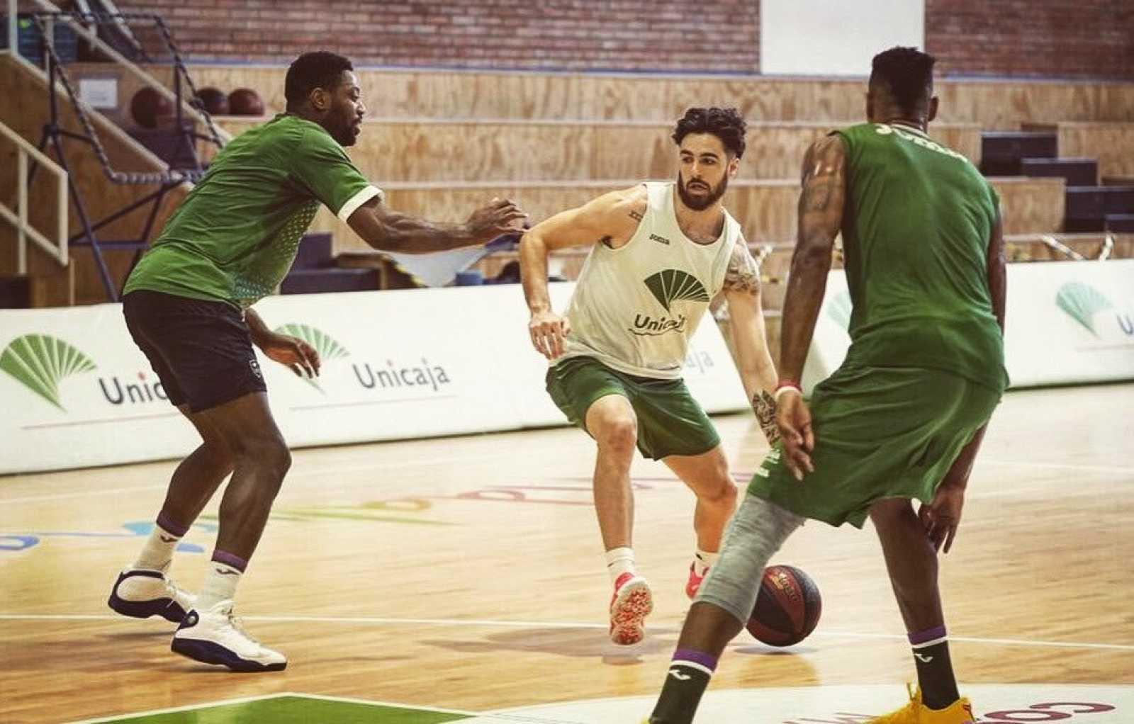 Tres jugadores de Unicaja durante un entrenamiento