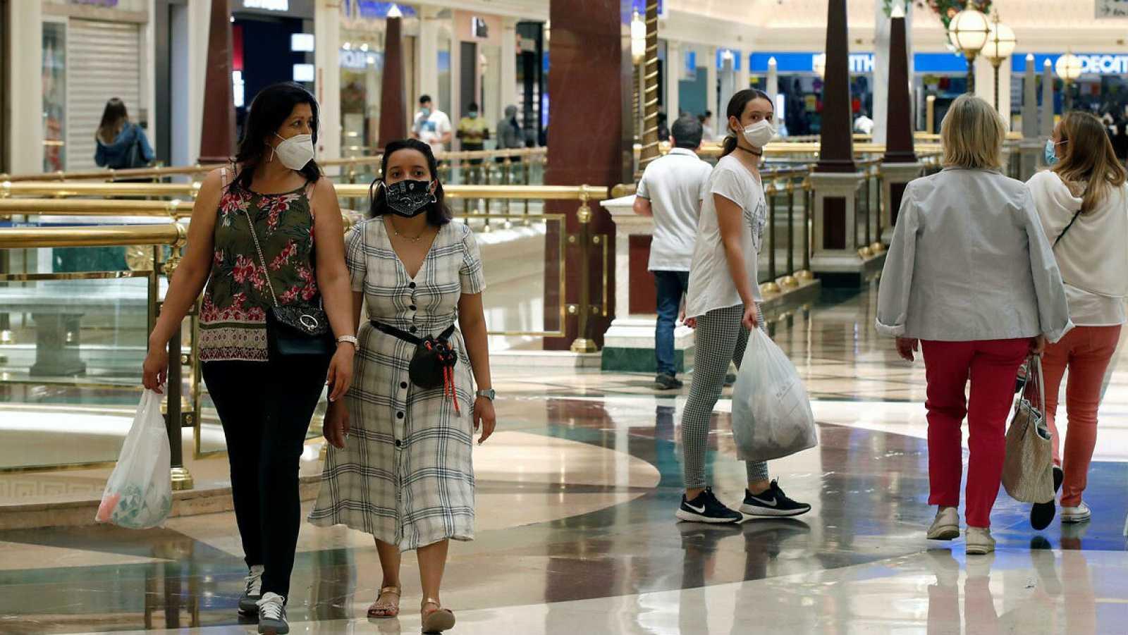 Varias personas en un centro comercial de Barcelona este lunes.