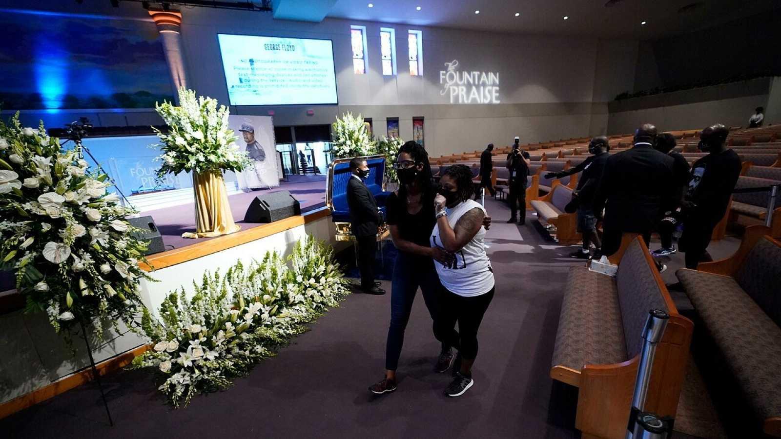Asistentes al velatorio de Floyd le dan el último adiós en Houston, Texas