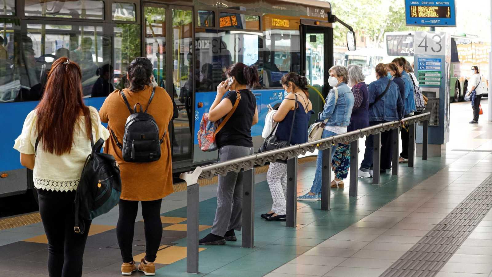 Varias personas esperan el autobús de la EMT en Madrid