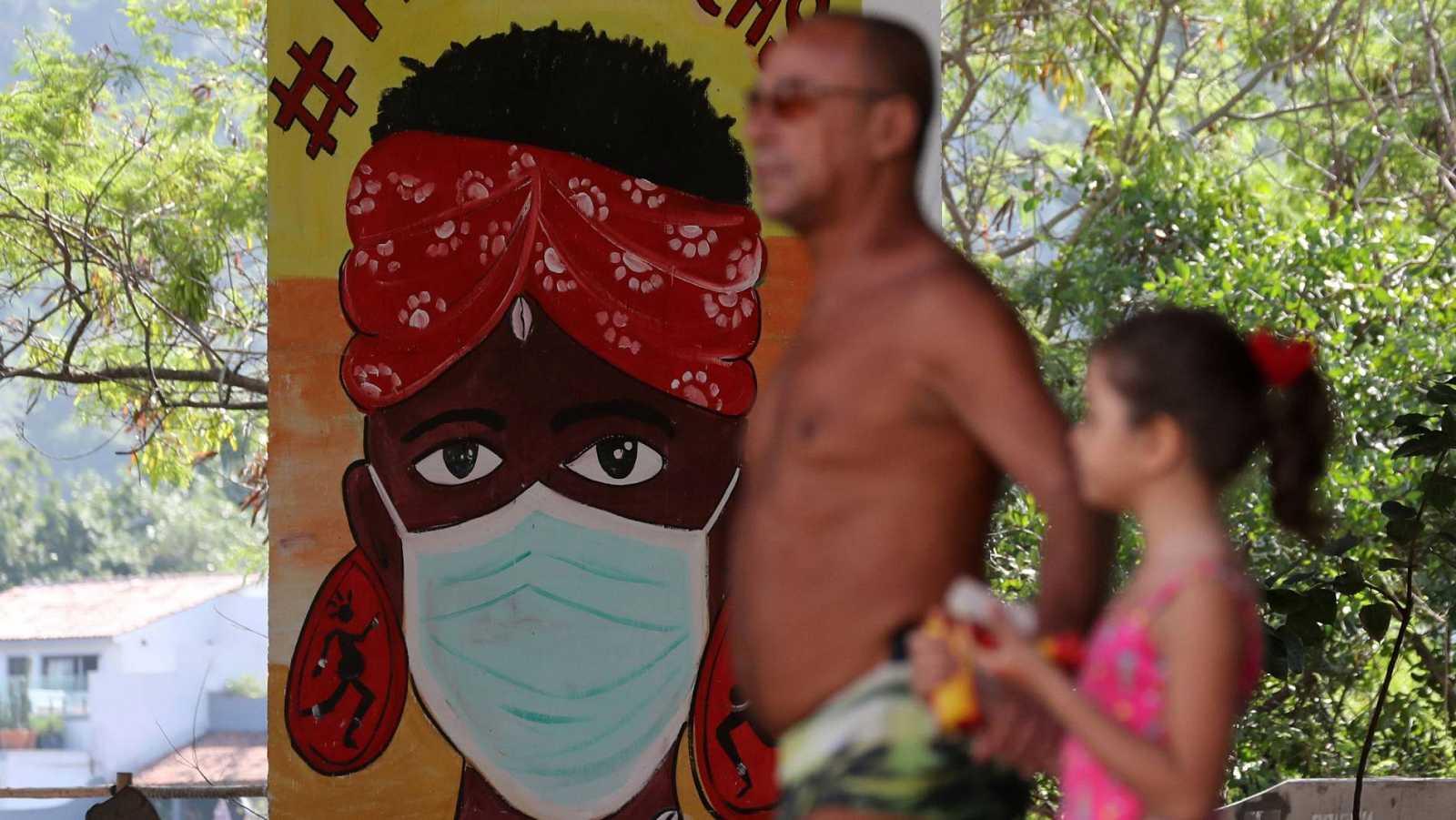 Un grafiti invita a quedarse en casa y a llevar mascarilla en Río de Janeiroq