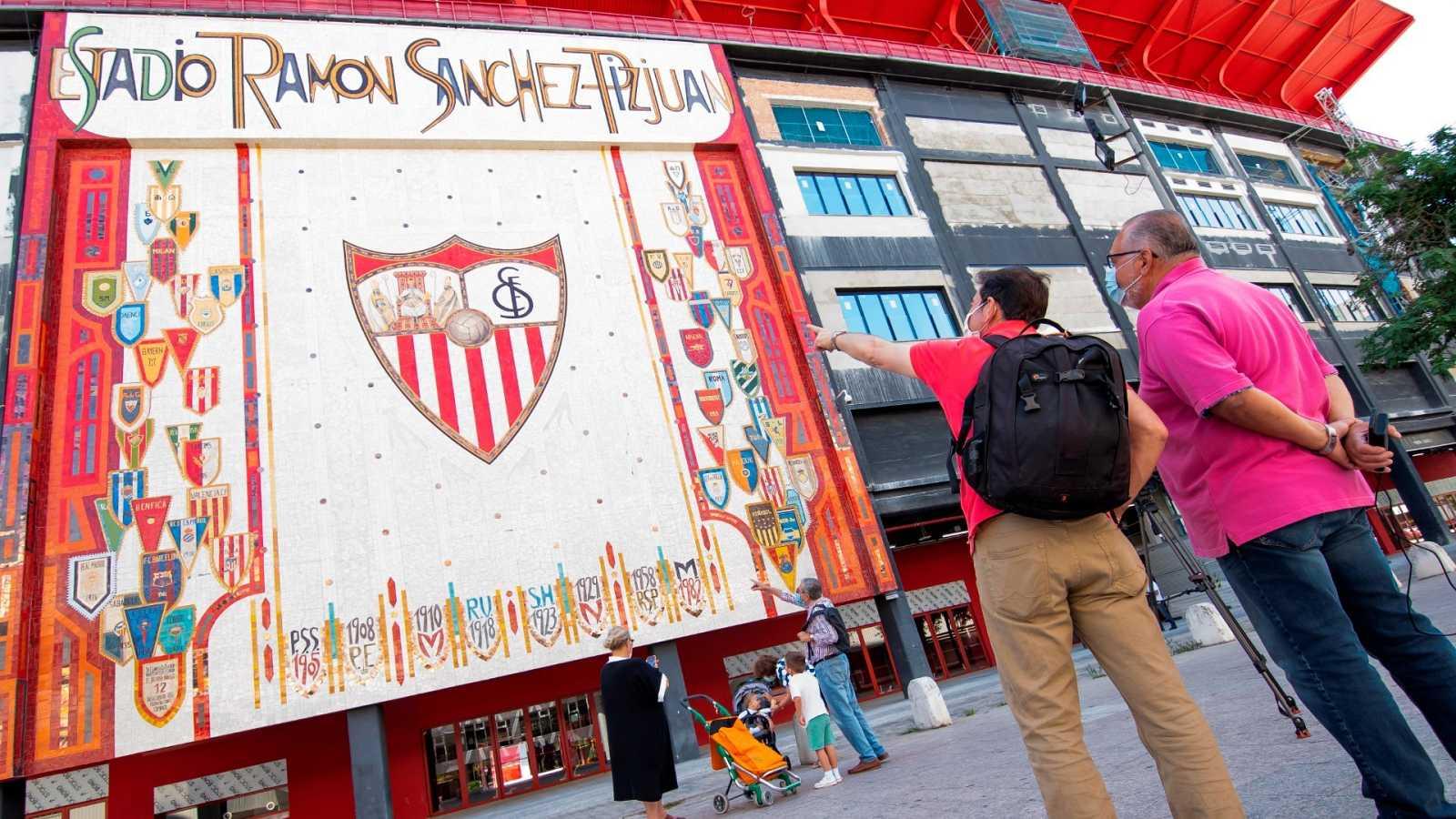 Dos personas frente al Estadio Ramón Sánchez-Pizjuán