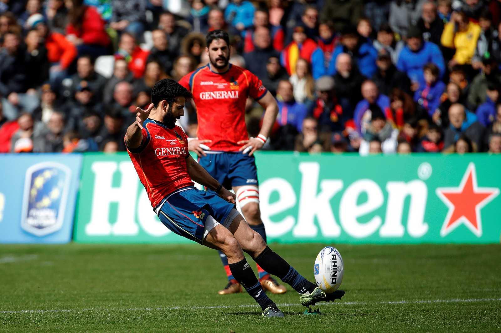 Imagen de archivo, el jugador de la selección española de rugby, Mathieu Peluchon, despeja el balón, durante un partido.