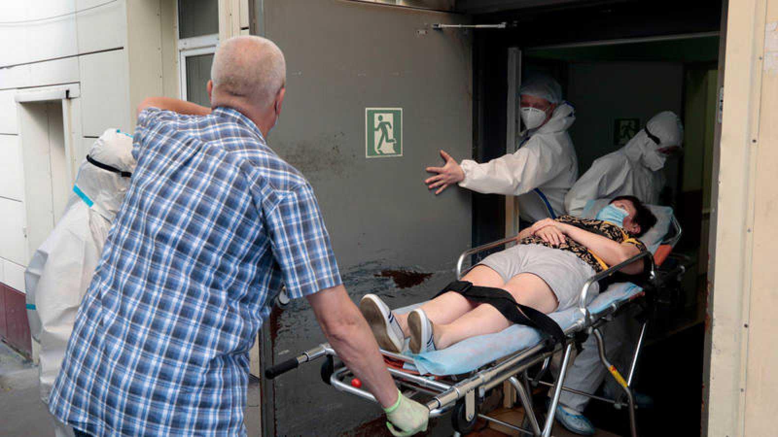 Una paciente es ingresada en camilla en un hospital para enfermos de coronavirus en Rusia
