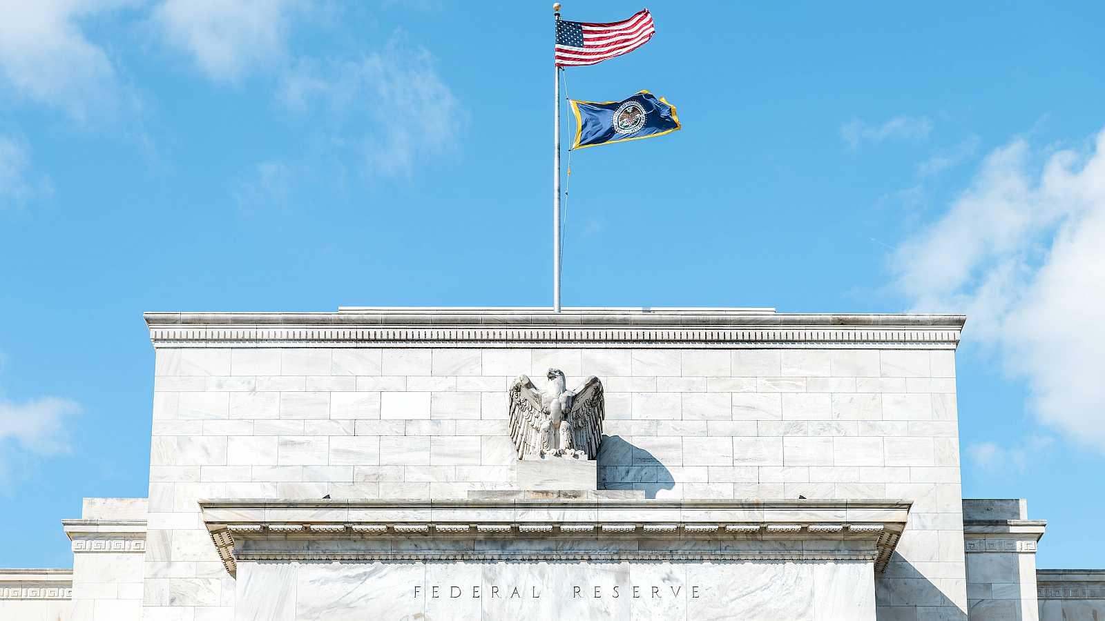 Primer plano de la fachada de la entrada de la Reserva Federal en Estados Unidos.
