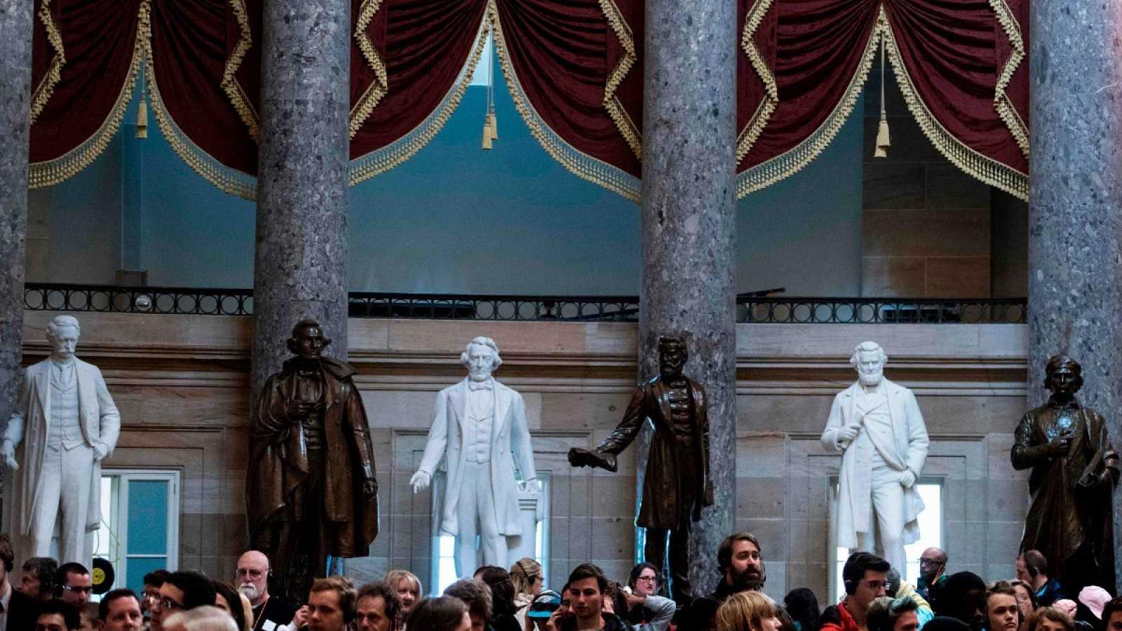 Turistas visitan el Statuary Hall en el Capitolio, en Washington, DC., Estados Unidos