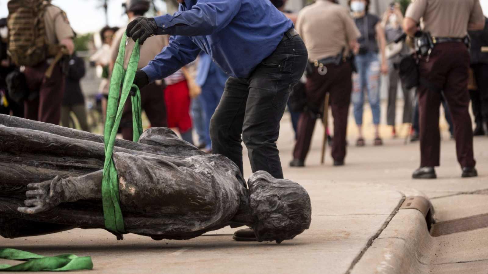 Los manifestantes derriban la estatua de Cristóbal Colón en Saint Paul, Minnesota