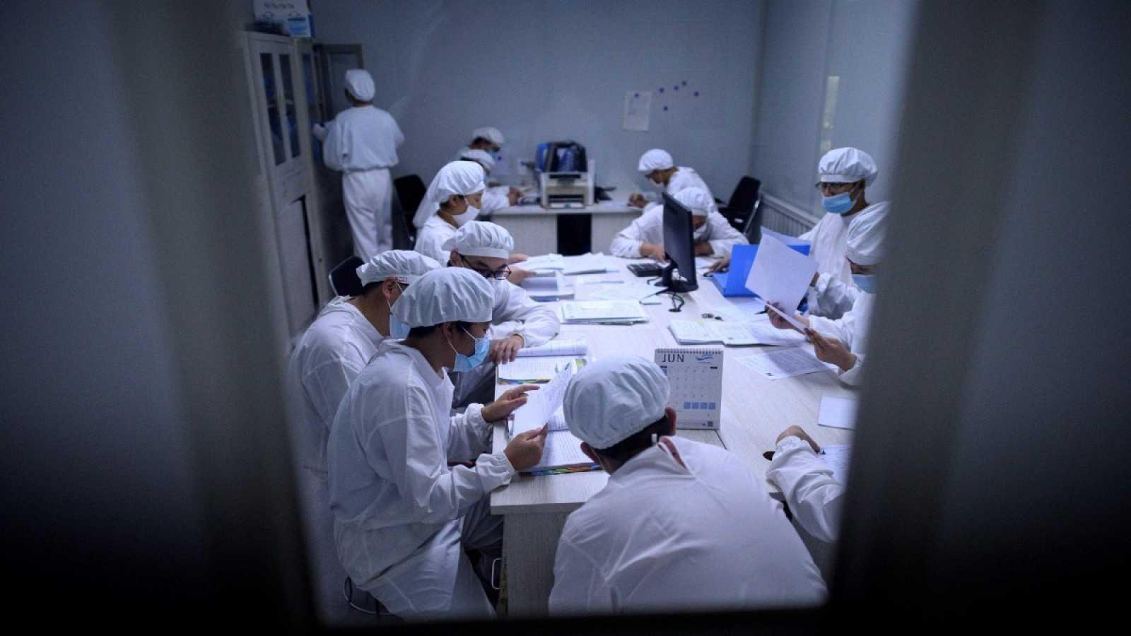 Los investigadores trabajan en un laboratorio de la empresa Yisheng Biopharma en Shenyang, en la provincia de Liaoning, al noreste de China. La compañía es una de las muchas en China que están tratando de desarrollar una vacuna para el coronavirus CO