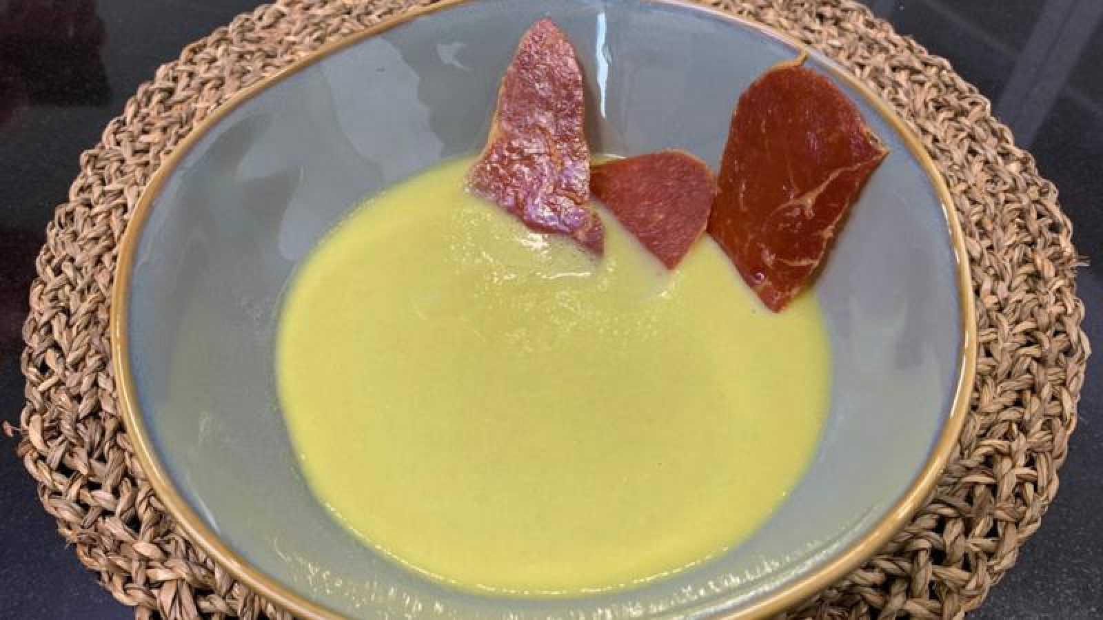 Crema fría de guisantes con crujiente de jamón