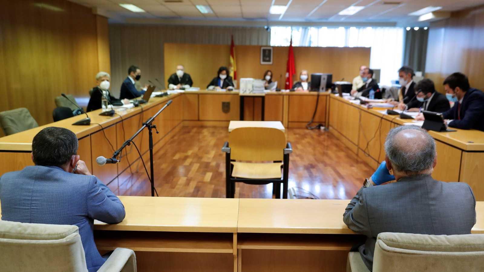 El exdirector adjunto operativo (DAO) de la Policía Eugenio Pino (d) y el inspector jefe Bonifacio Díez Sevillano (i) durante la vista oral del juicio este martes.