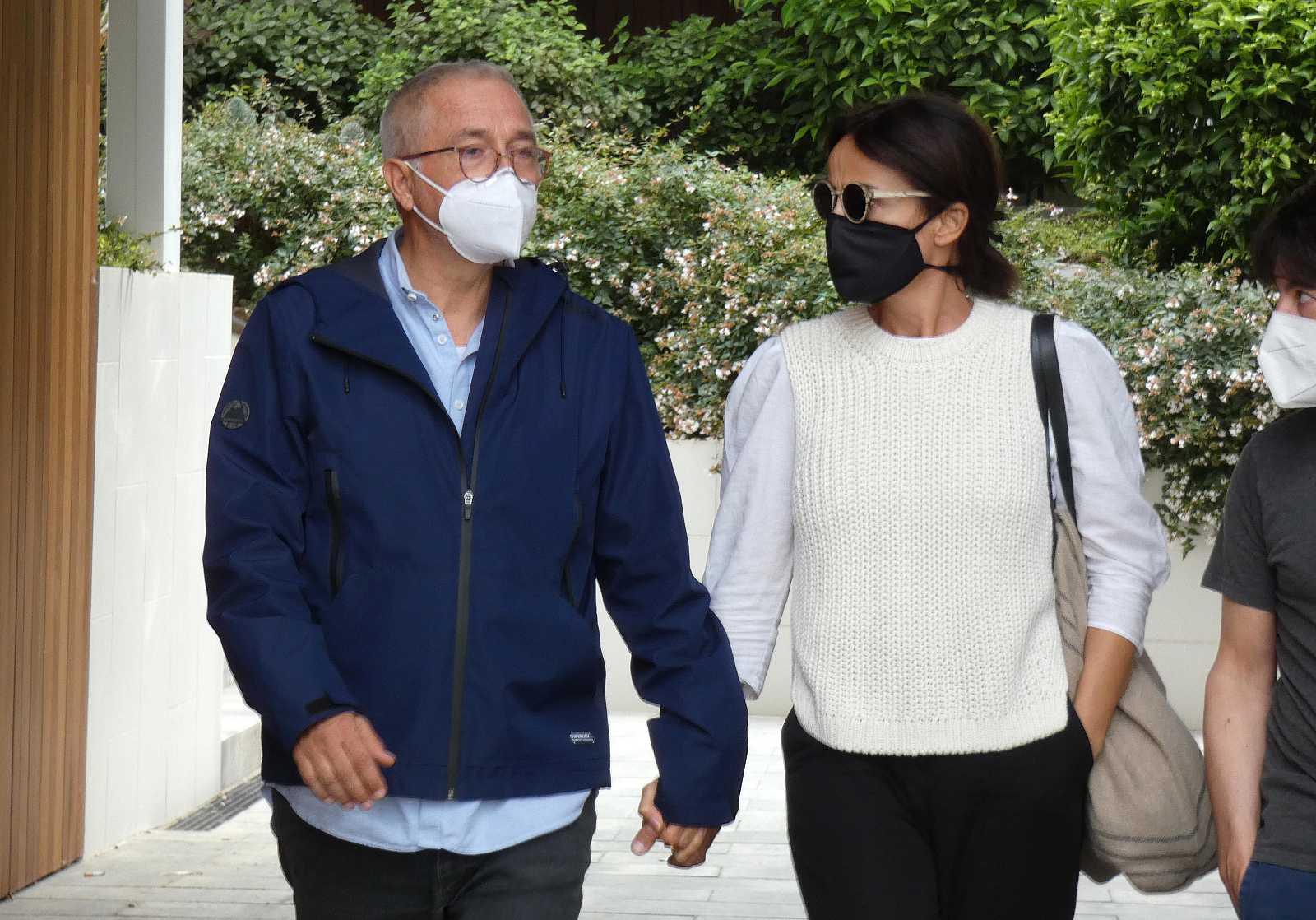 Xavier Sardà y su mujer, Ana Gutiérrez, acuden al tanatorio donde se encuentran los restos mortales de Rosa María Sardà