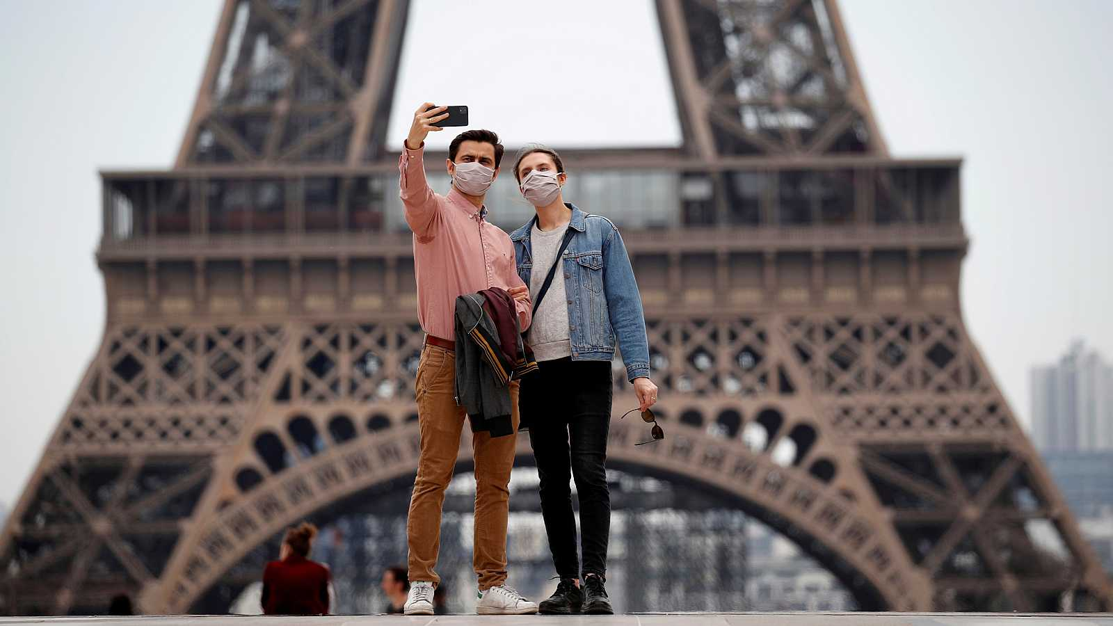 Una pareja se hace un 'selfie' frente a la Torre Eiffel de París.