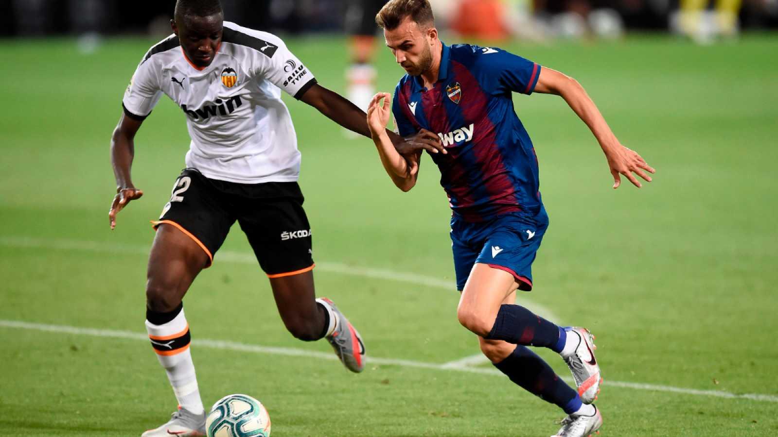 Imagen: El autor del penalti, Diakhaby (i), en un acción anterior con Borja Mayoral (d)