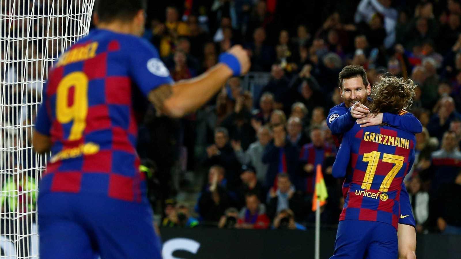 Leo Messi se abraza a su compañero Antoine Griezmann (de espaldas), mientras agradece el gol a Luis Suárez.