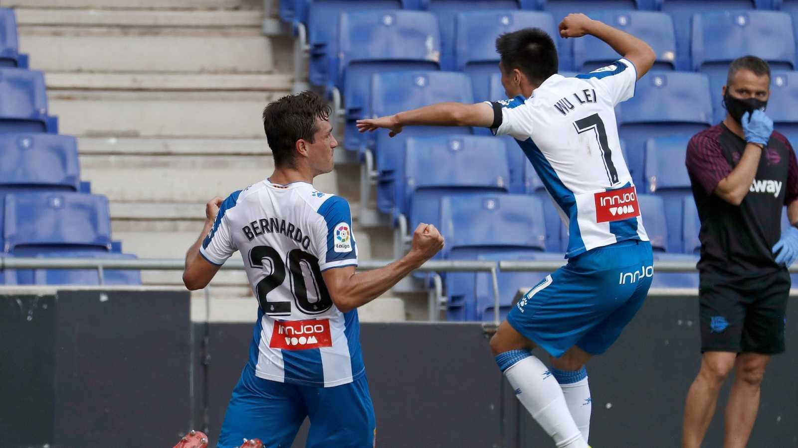 El defensa colombiano del RCD Espanyol de Barcelona Bernardo Espinosa (i) celebra junto a su compañero chino Wu Lei el primer gol de su equipo ante el Alavés