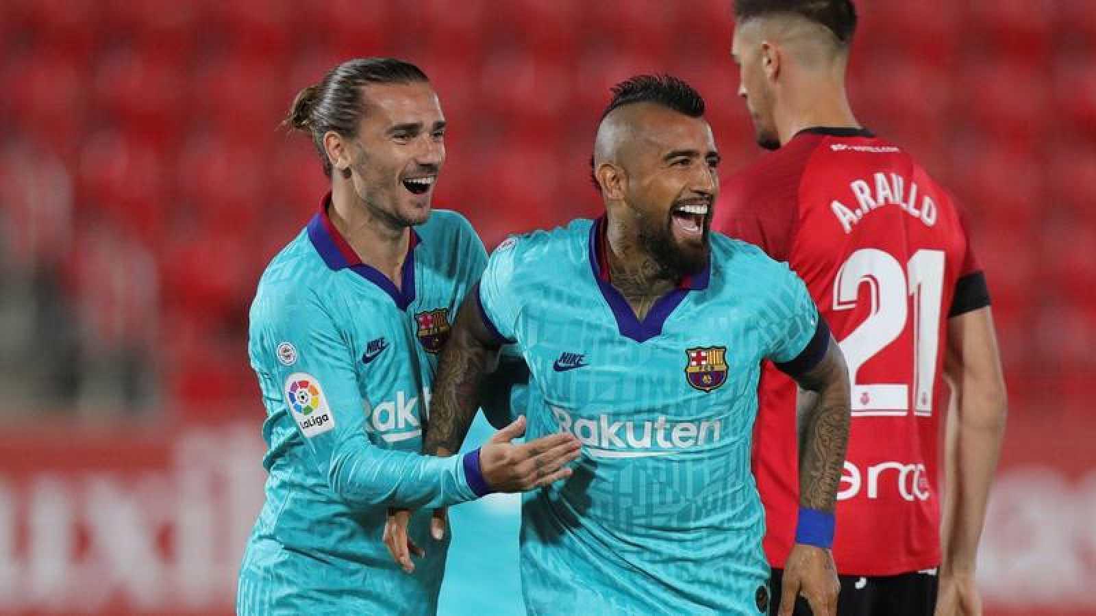Vidal y Griezmann celebran el gol del chileno en Mallorca.
