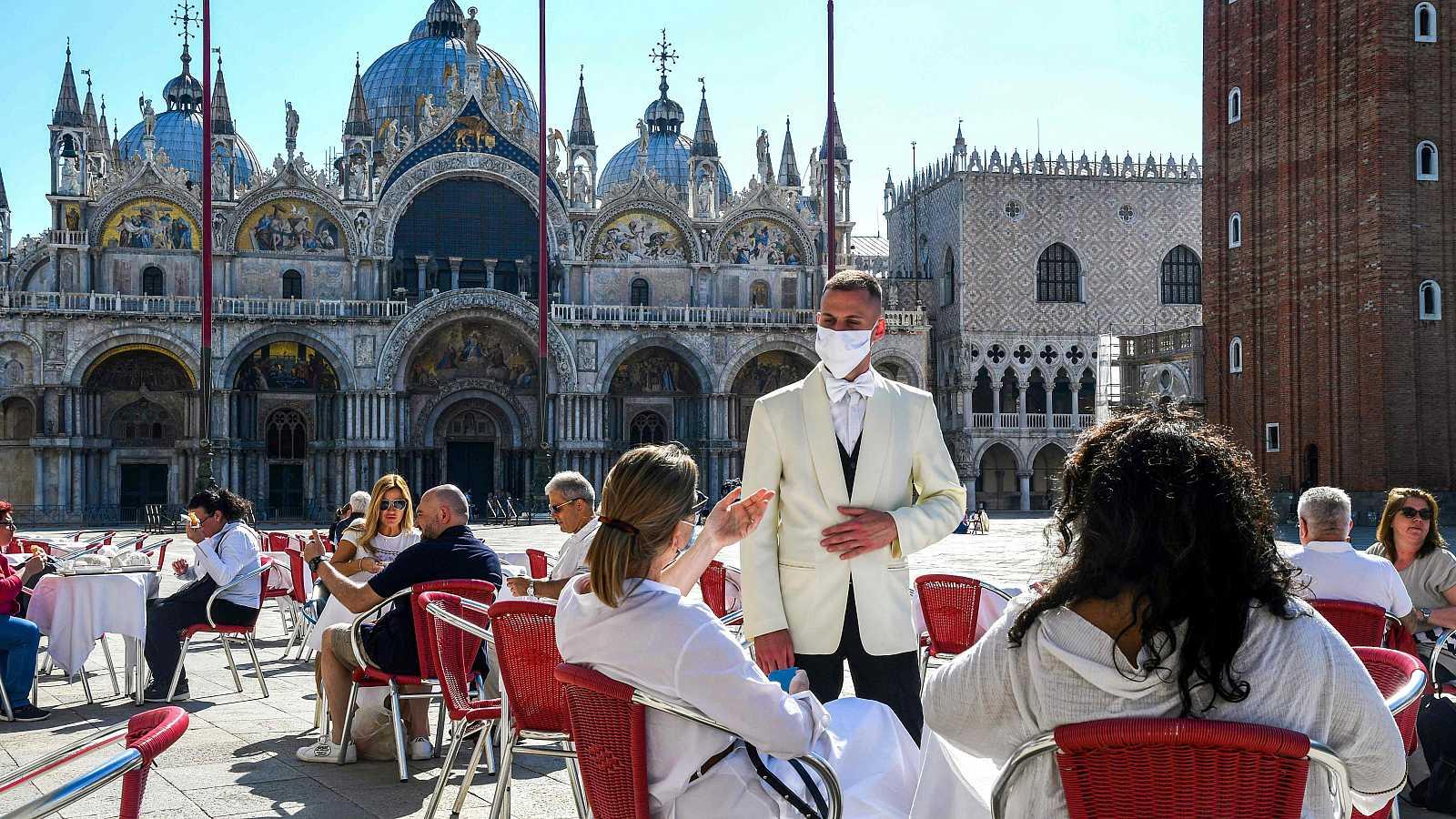 Turistas, en una terraza de la Plaza de San Marcos, en Venecia (Italia).