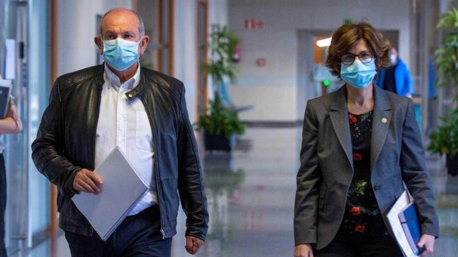 La consejera de Salud del Gobierno Vasco, Nekane Murga, y el director gerente del hospital de Basurto (Bizkaia), Eduardo Maiz